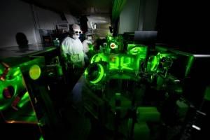 Láser más brillante del mundo altera la interacción entre luz y materia