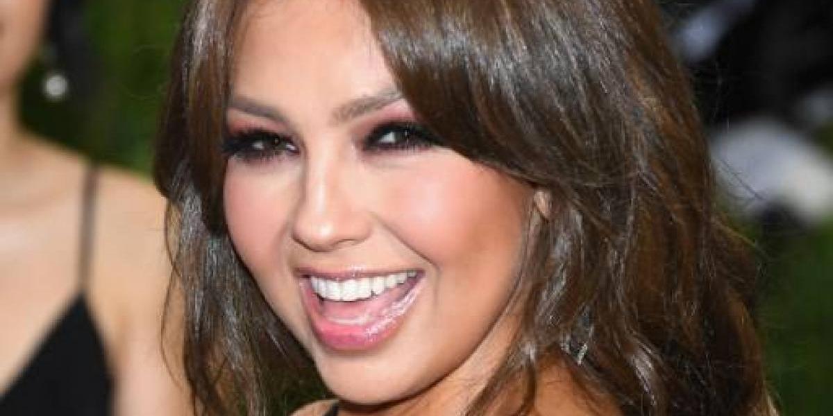 """Thalía comparte video con traje de baño con los costados destapados y le dicen """"gorda"""""""