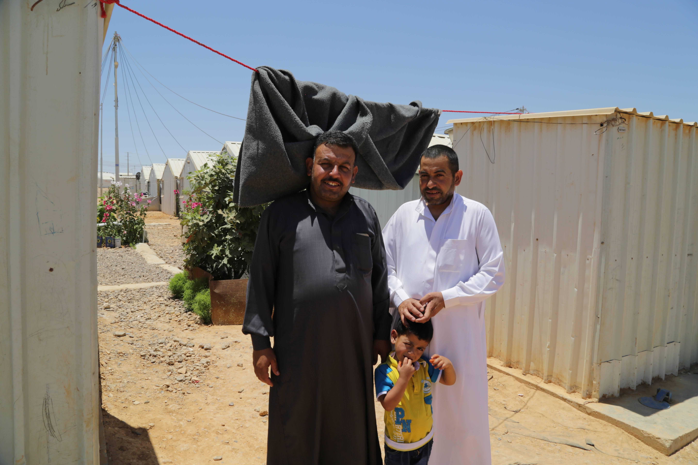 Saleh Mohammed Eid y su hermano, del cual es vecino, en el campamento de refugiados de Azraq.