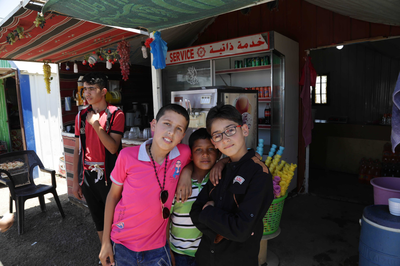 La llegada de la electricidad ha permitido a los refugiados del campamento poder montar negocios de refrescos.