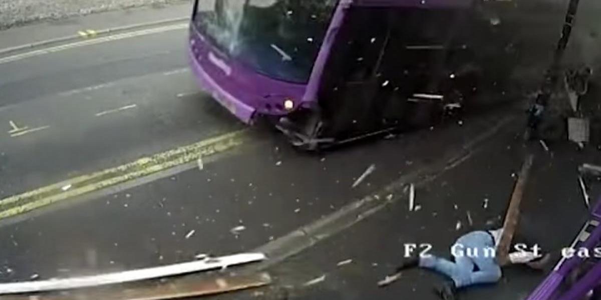¿Cómo sobrevivió? Hombre es atropellado por bus fuera de control pero se levanta y se mete a un bar
