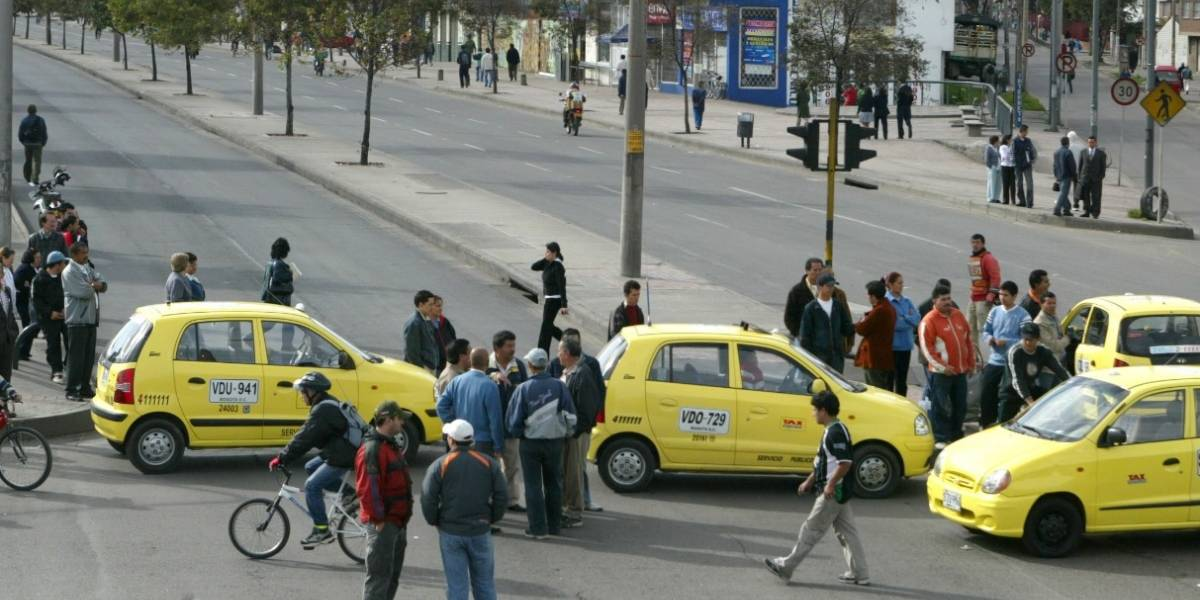 Ladrón robo a un taxista en Bogotá, pero no se dio cuenta que se le cayeron sus documentos en el carro