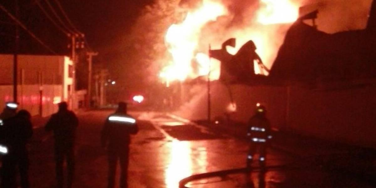 Incendio consume fábrica de envases en Santiago Tianguistenco
