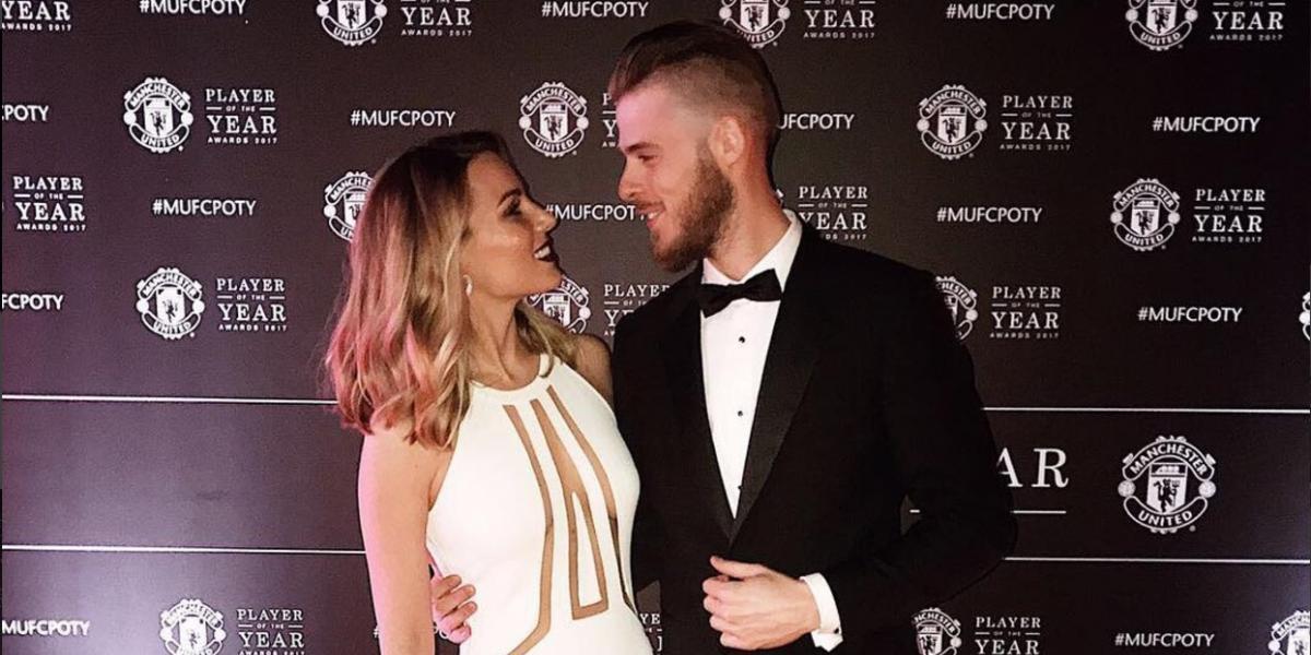 Jugador del Manchester United presume a su esposa en la cama