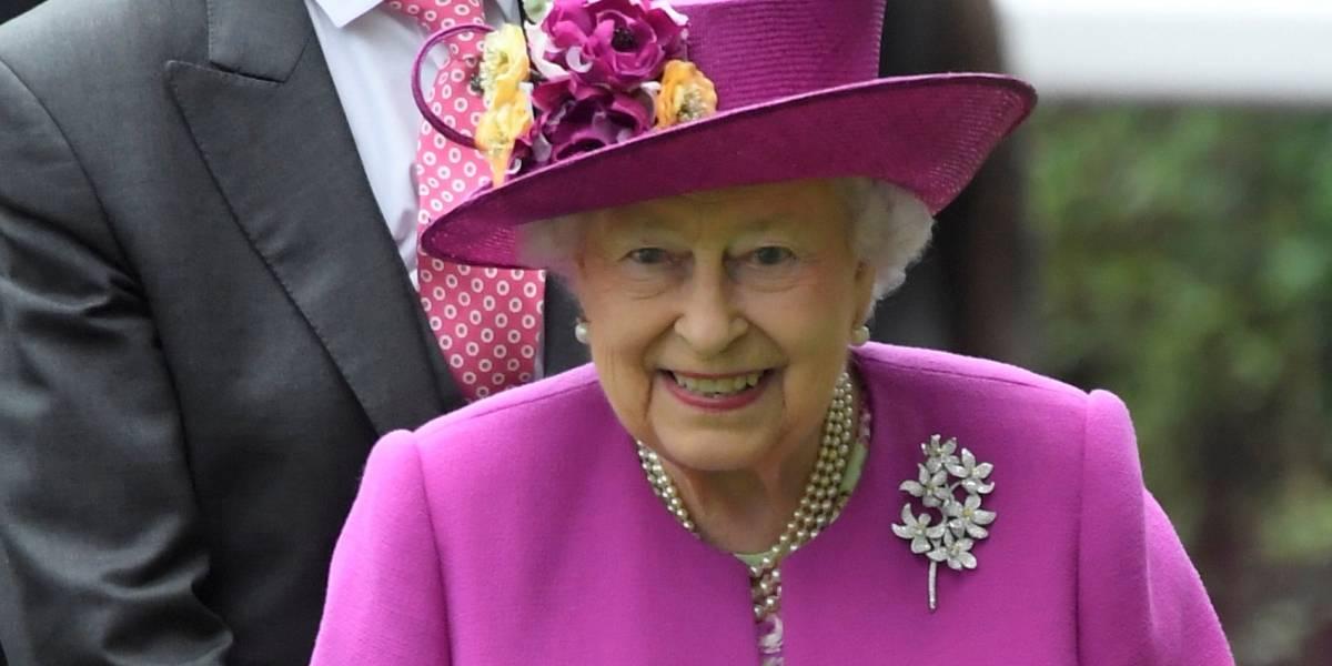 Entenda porque a rainha Elizabeth II só usa roupas e acessórios de cores vibrantes