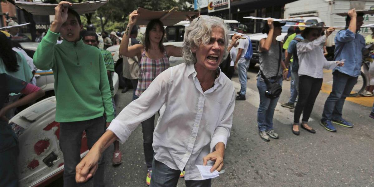 Protestas en Venezuela dejan militar muerto y comercios saqueados