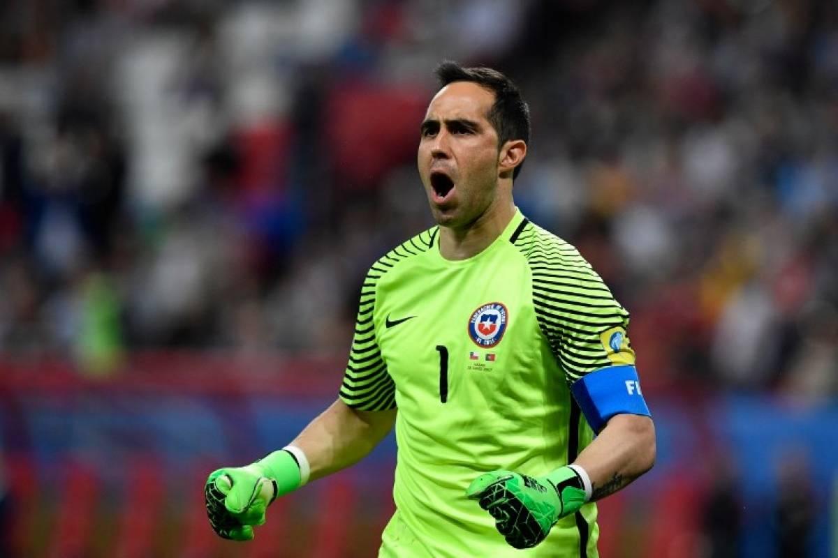 Claudio Bravo se lució y recibió las felicitaciones del mundo del fútbol (Foto: AFP)