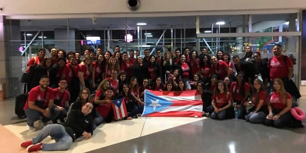 Coro UPR deslumbra a su llegada al aeropuerto internacional