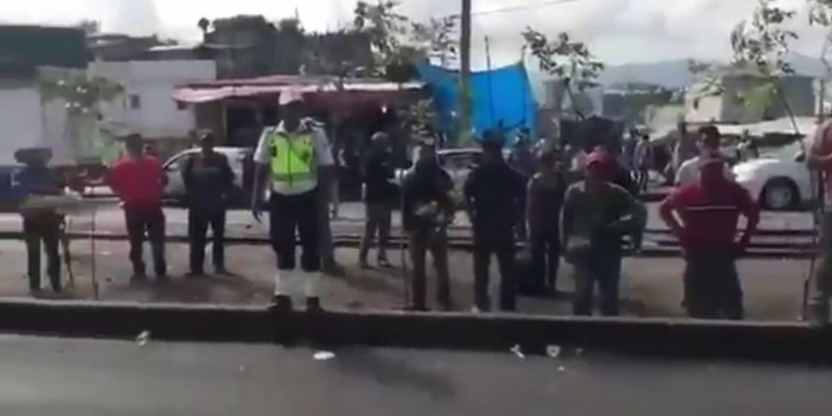 Comerciantes informales manifiestan en calzada Atanasio Tzul
