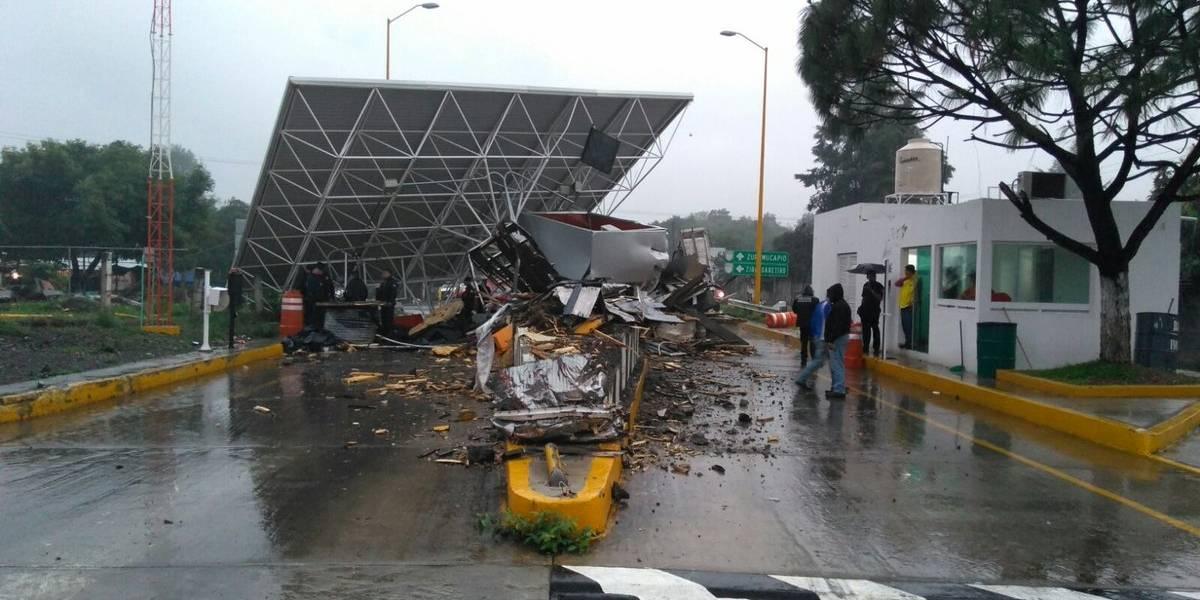 Tráiler se impacta contra caseta de cobro en Michoacán