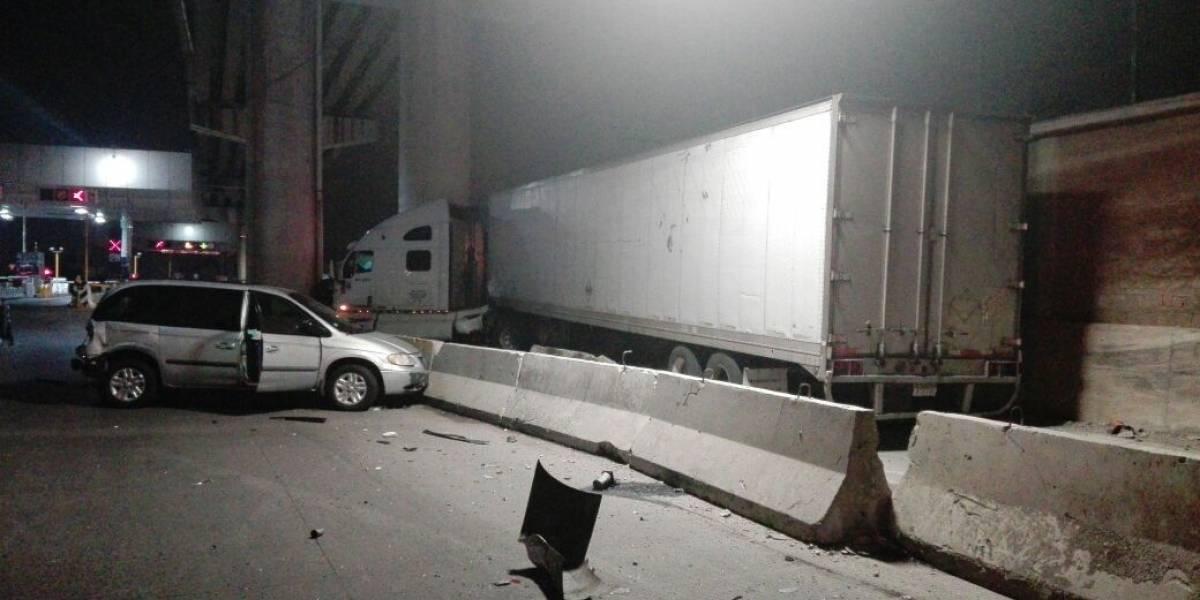 Tráiler sin frenos arrastra 9 vehículos y se impacta en caseta de Chalco