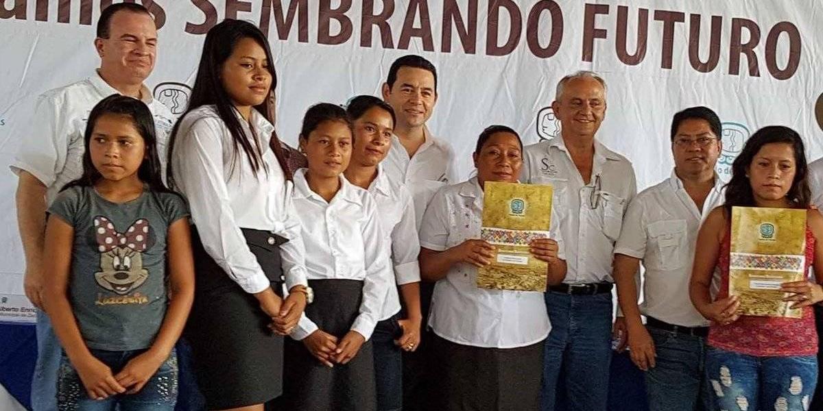 Pobladores de comunidad de Zacapa reciben títulos de propiedad de tierras