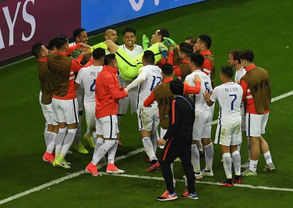 Claudio Bravo atajó los tres penales de Portugal. / Getty Images