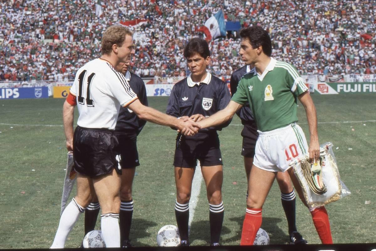 MUNDIAL MÉXICO 1986, MÉXICO VS ALEMANIA: México fue sede de la Copa del Mundo de 1986 y el Tri armó un equipo muy competitivo bajo el mando de Bora Milutinovic. En octavos de final dieron cuenta 2-0 de Bulgaria y, se metieron a cuartos de final donde enfrentaron a Alemania. Por cuestiones de reglamento, el juego no se disputó en el estadio Azteca, sede natural para los juegos de México, sino en Monterrey, donde después de un duro partido los nuestros quedaron eliminados en penales. Mexsport