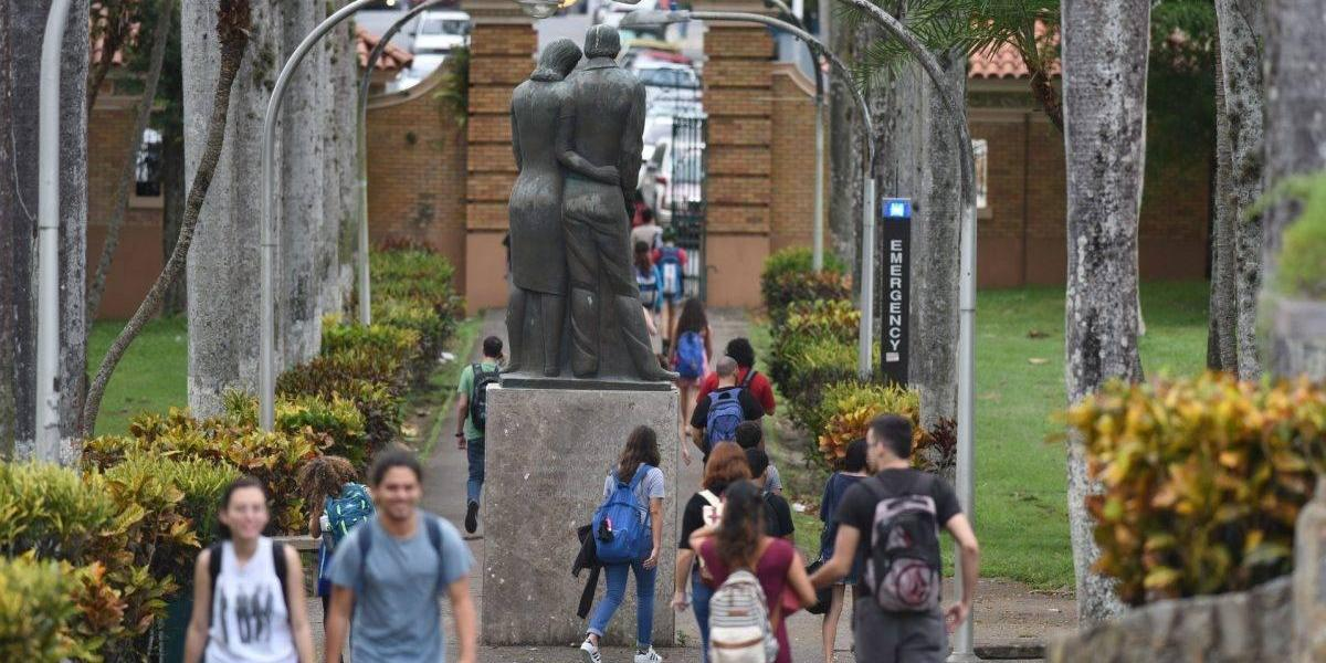 Colectivos de profesores rechazan destituciones de rectores en la UPR