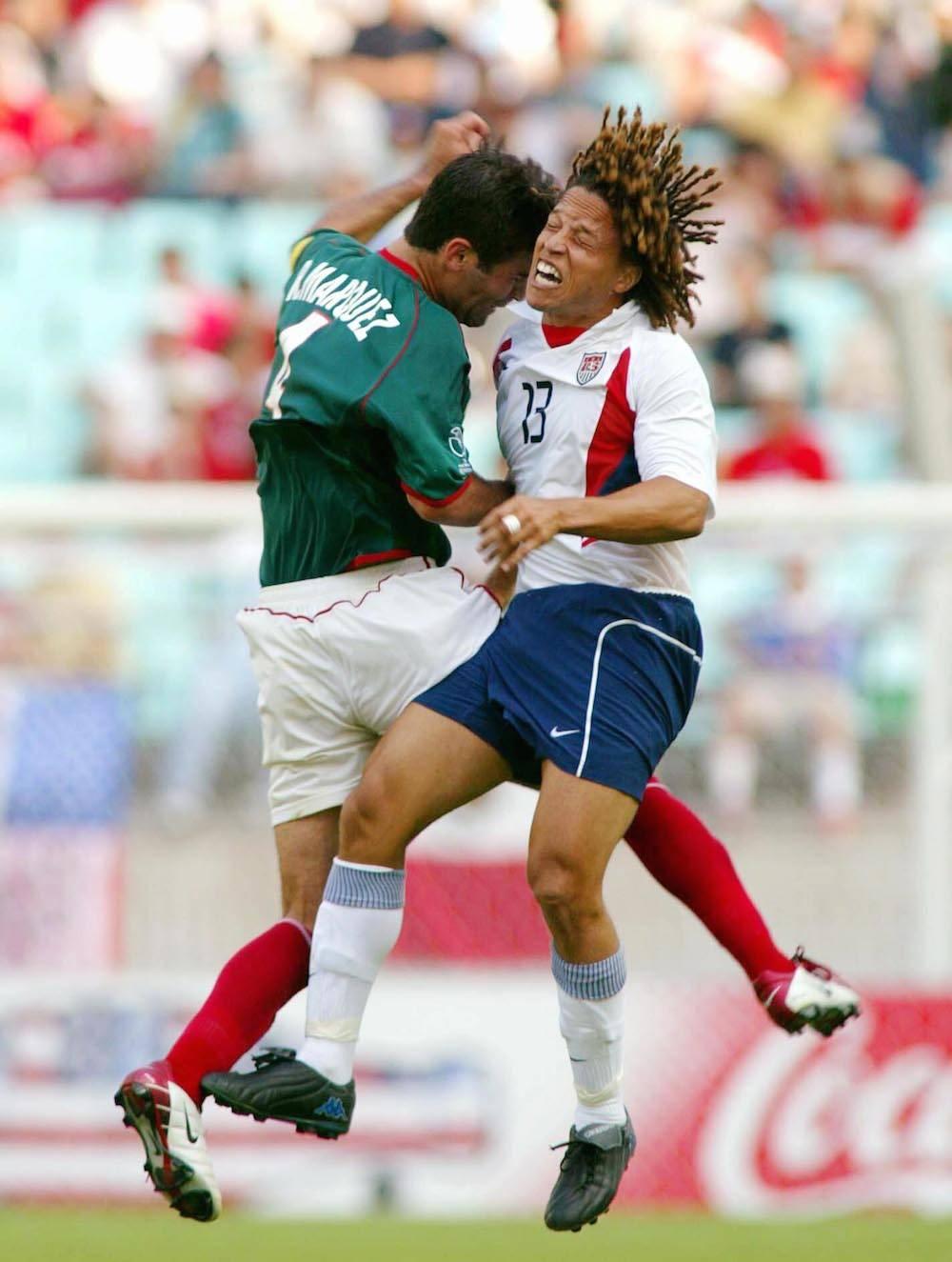 MUNDIAL COREA-JAPÓN 2002, MÉXICO VS ESTADOS UNIDOS: El rival esta vez en los octavos de final de ese Mundial para México fue Estados Unidos, a quien en ocasiones anteriores se había derrotado fácilmente. Los mexicanos llegaron confiados a ese duelo y ya estaban pensando en Alemania, que hubiera sido su rival en cuartos de final pero los norteamericanos maniataron al equipo dirigido por Javier Aguirre y con un buen futbol los doblegaron 2-0 quedando un sabor muy amargo que no se ha podido olvidar. Mexsport