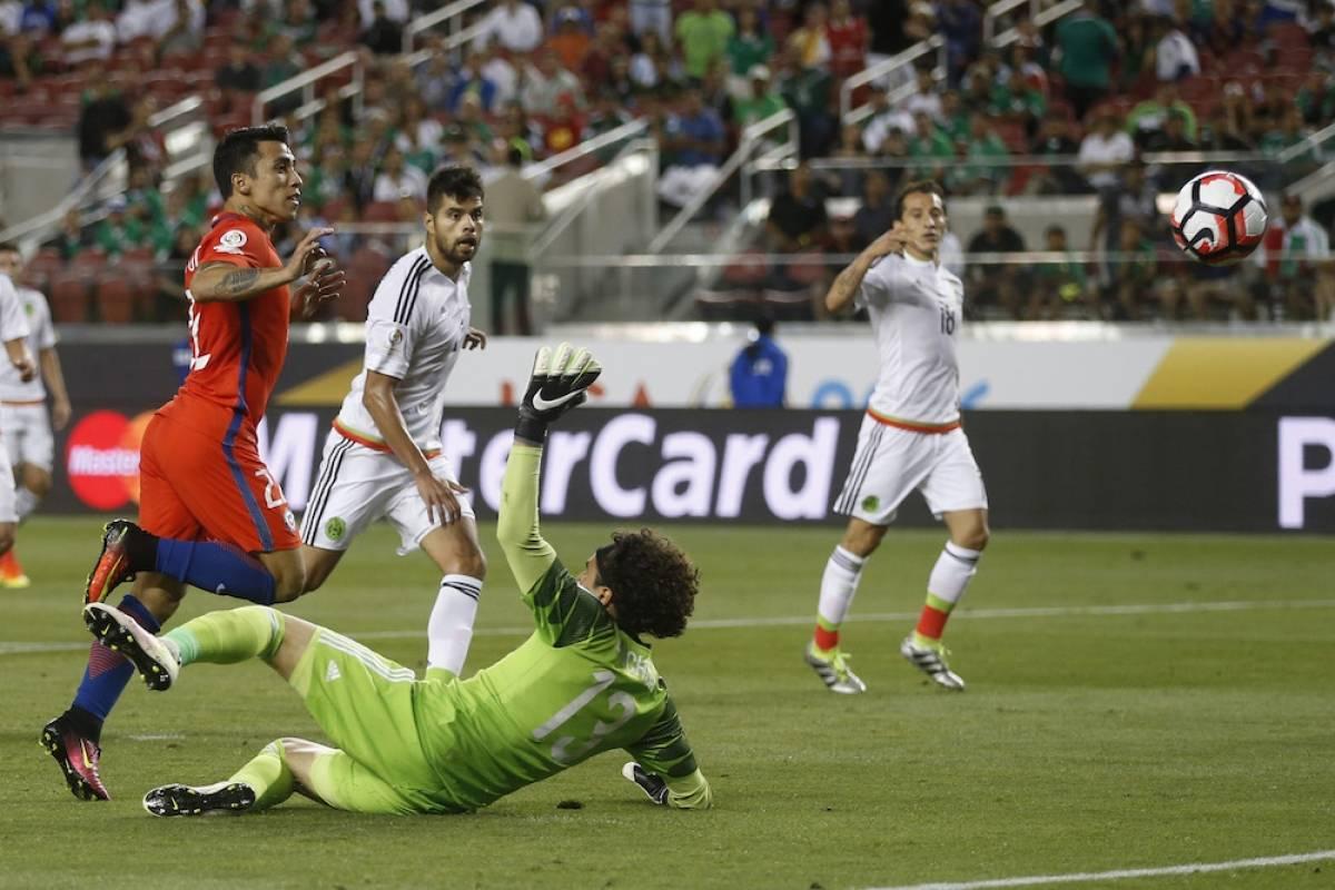 """COPA AMÉRICA CENTENARIO, MÉXICO VS CHILE: México se ha convertido en un invitado constante y en ocasiones """"incómodo"""" del torneo Copa América de la Conmebol. Para la edición del Centenario, el Tri terminó como primer lugar de grupo y en los cuartos de final se emparejó con Chile. Se esperaba un partido disputado por la calidad de ambos planteles que contaban con jugadores que juegan en Europa por ambos lados. Pero los sudamericanos aplastaron a los mexicanos con un vergonzoso marcador de 7-0. Mexsport"""