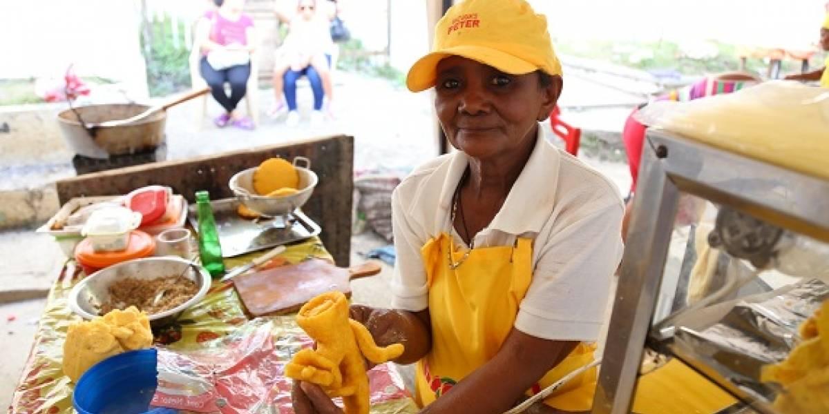 Las matronas de la arepa con huevo cuentan sus secretos en el festival de Luruaco, Atlántico