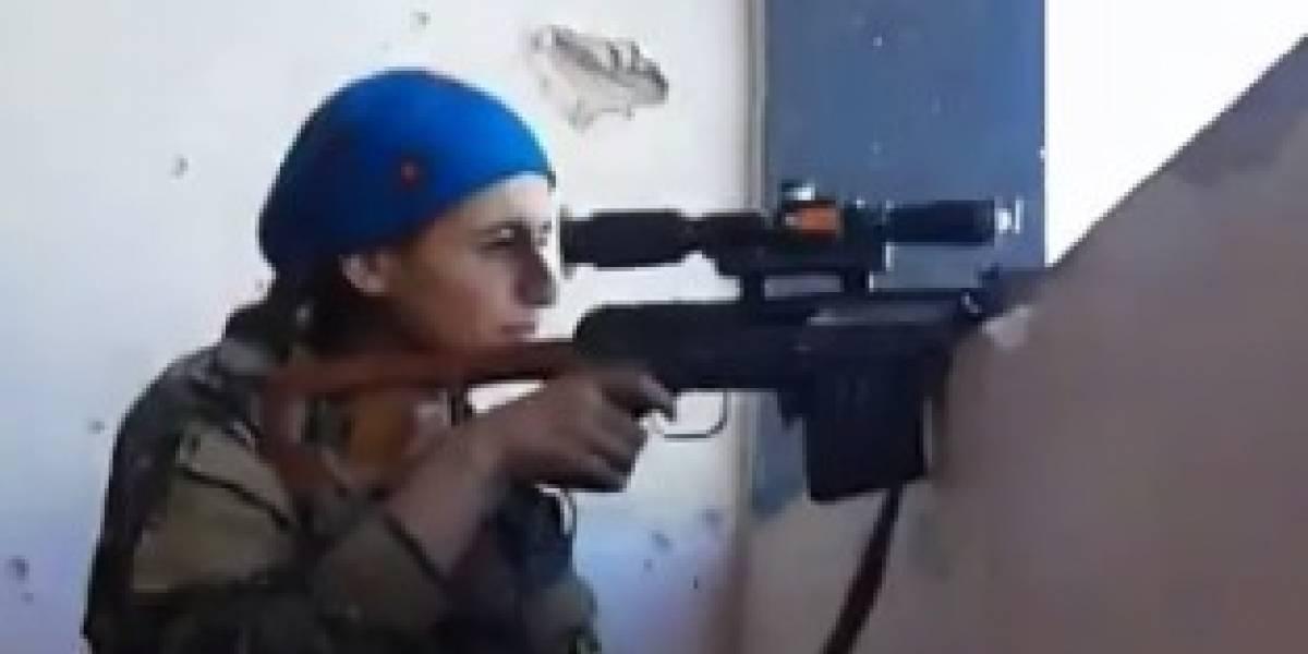 Viral: francotiradora kurda se salvó de un balazo