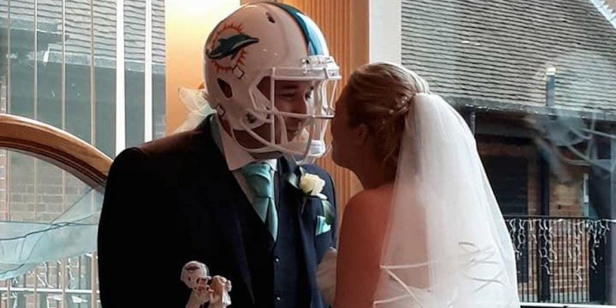 Aficionado se casa ¡con un casco de Delfines puesto!