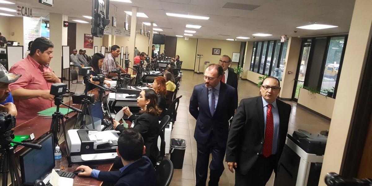 Denuncian violación a derechos de empleados consulares en EU