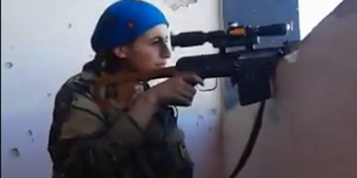 La increíble reacción de una francotiradora kurda tras salvarse de una bala mortal del Estado Islámico