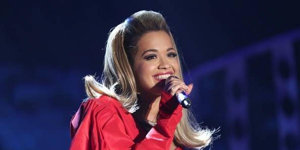 Rita Ora acapara la atención en Londres y su senos se ven desaliñados