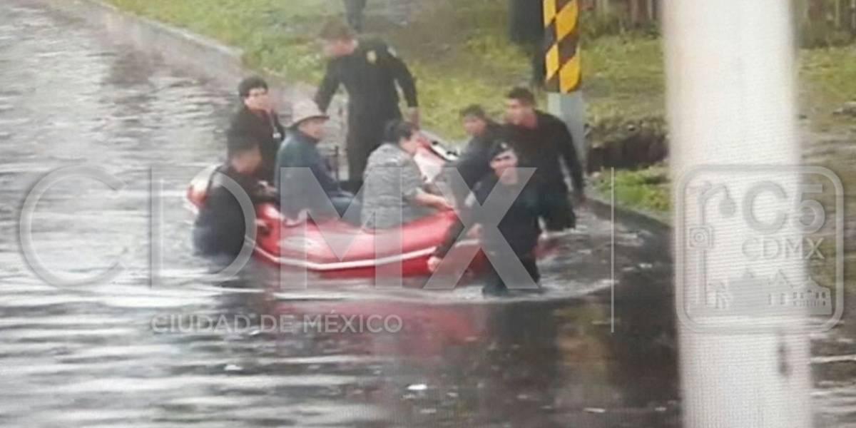 Policías rescatan en lanchas a usuarios del paradero de Indios Verdes