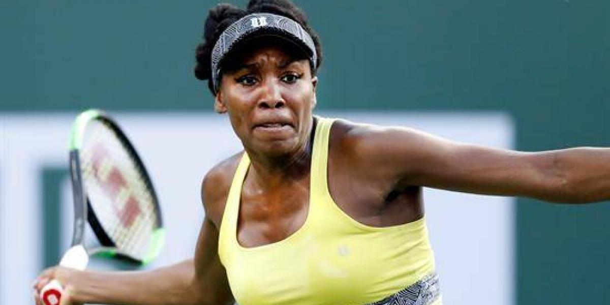 Venus Williams no da pié con bola en Wimbledon