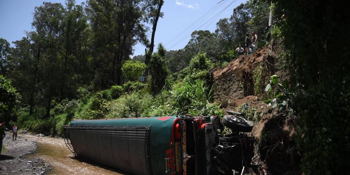 EN IMÁGENES. Autobús cae a hondonada en ruta al Pacífico