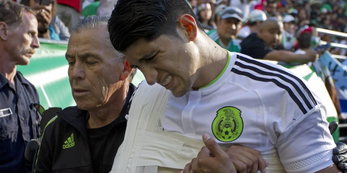 VIDEO: Alan Pulido prende alarmas en el Tri tras lesión frente a Paraguay