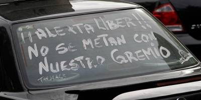 Taxistas tunden a pasajeros por usar Uber en Tijuana
