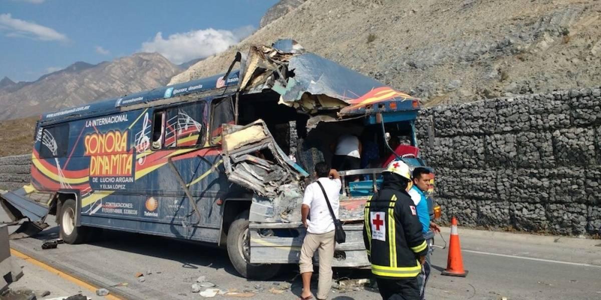 Autobús de la Sonora Dinamita se accidenta en Nuevo León