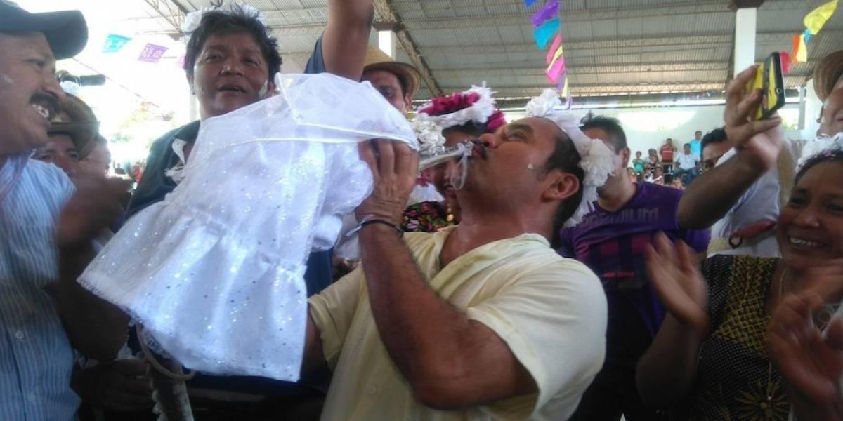 """Alcalde oaxaqueño """"se casa"""" con un caimán"""