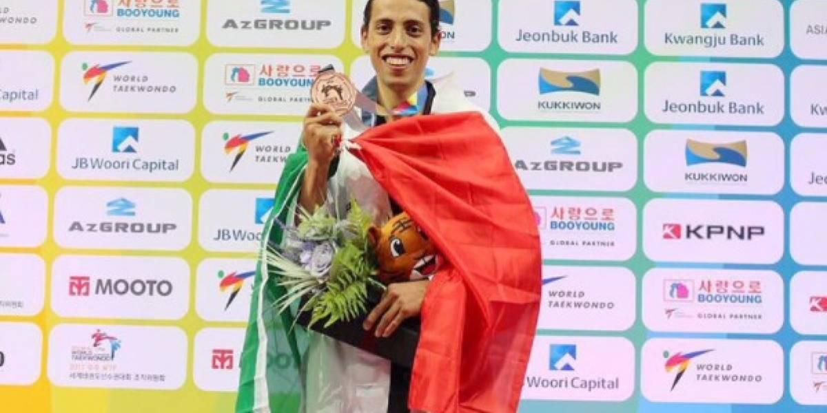 'Chicharito' cumple petición del medallista mexicano Carlos Navarro