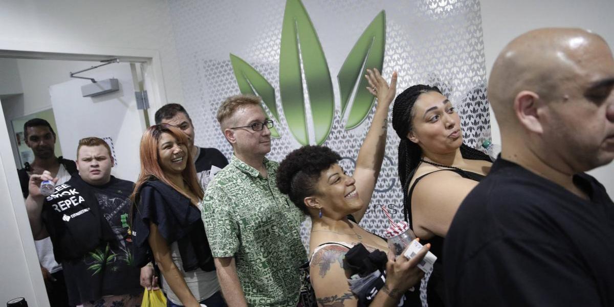 Nevada inicia la venta legal de marihuana recreativa, hay filas hasta de 4 horas