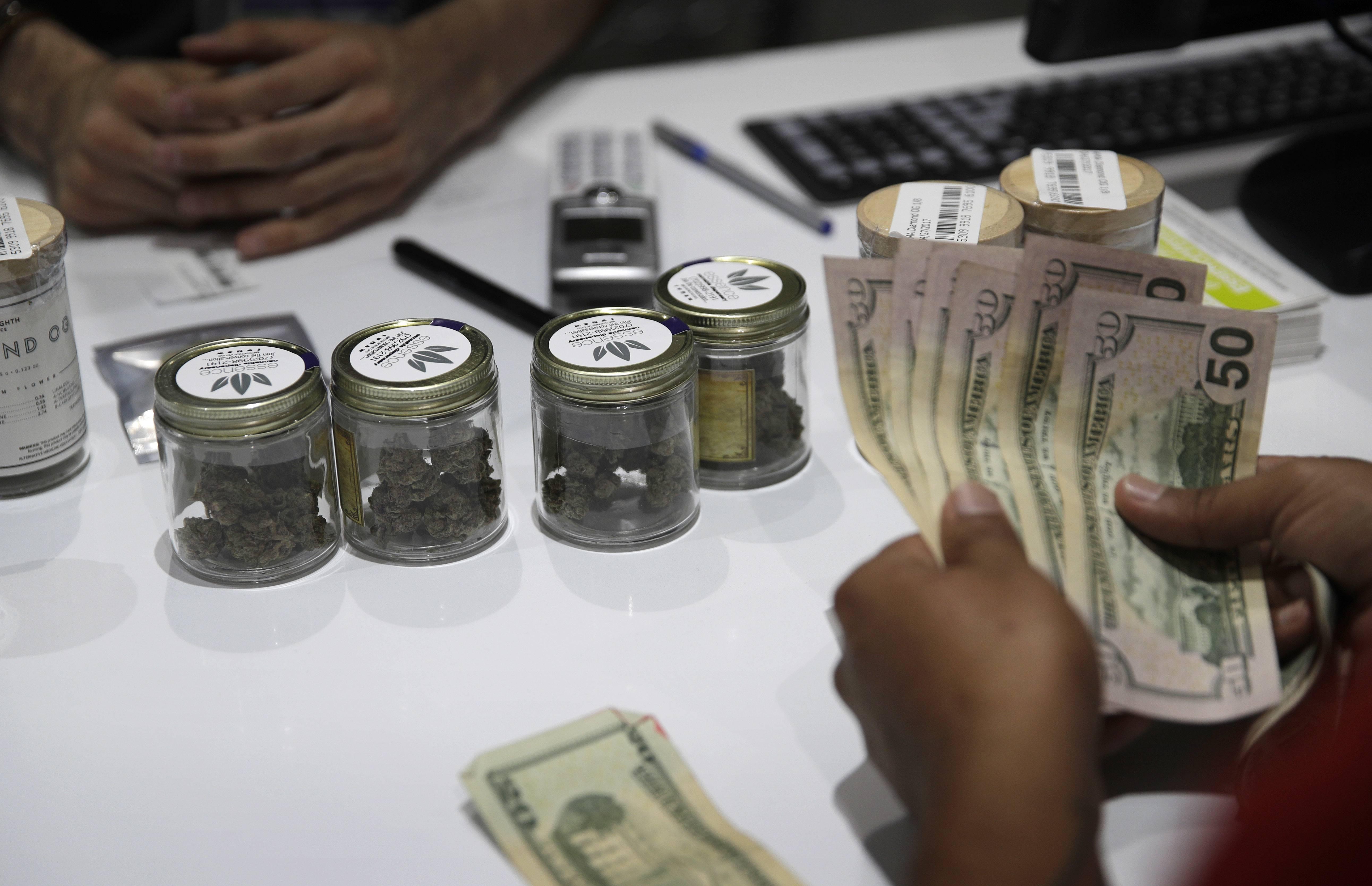 La venta y el consumo son legales, pero autoridades piden no hacerlo en lugares públicos Inicio de la venta de marihuana legal con fines recreativos en Nevada