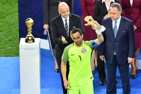 Bravo y su premio de consuelo / AFP