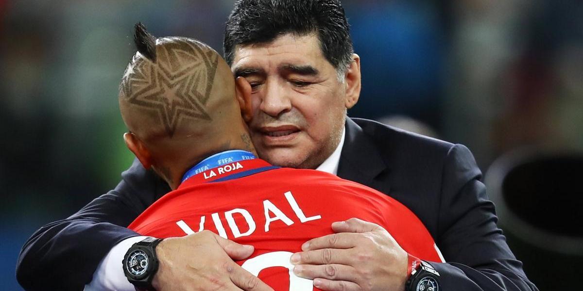 Maradona consoló a los chilenos y vivió un show aparte en la final de la Confederaciones
