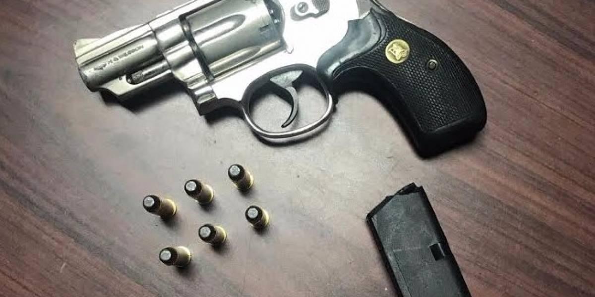 Policía ocupa revolver a menor de 16 años