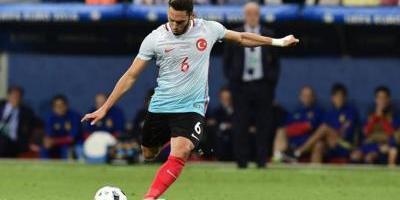 Mediocampista Hakan Calhanoglu es presentado con AC Milán