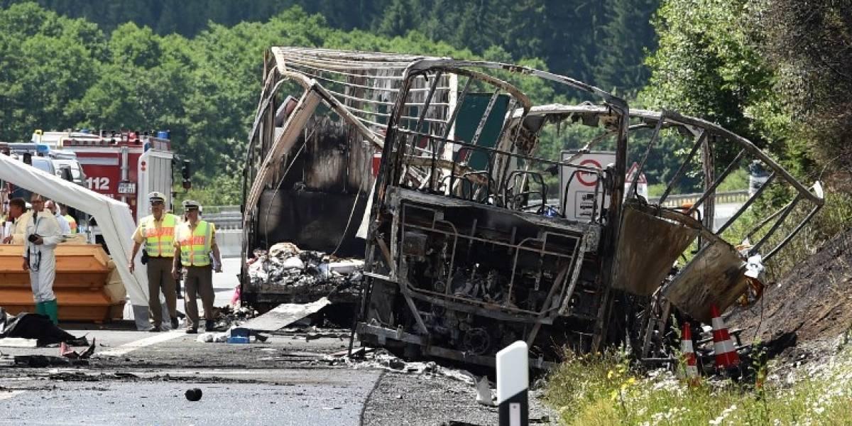 Dramático accidente en Alemania: bus se incendia tras chocar con camión y deja al menos 11 muertos