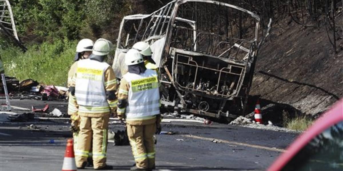 Autobús que transportaba ancianos choca y se incendia en Alemania; podría haber 18 muertos