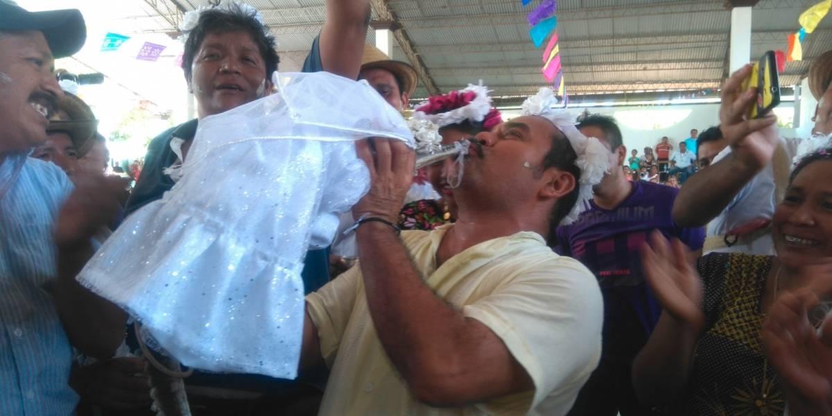 Alcalde se casó con un caimán