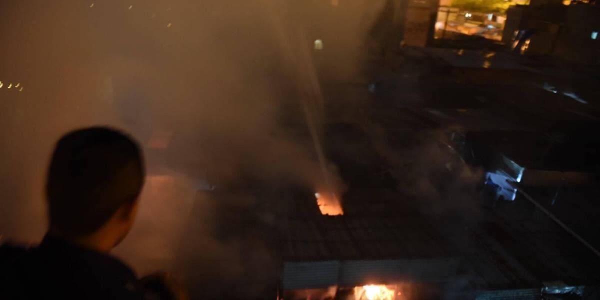 EN IMÁGENES. Varios locales se incendian en mercado La Terminal, zona 4