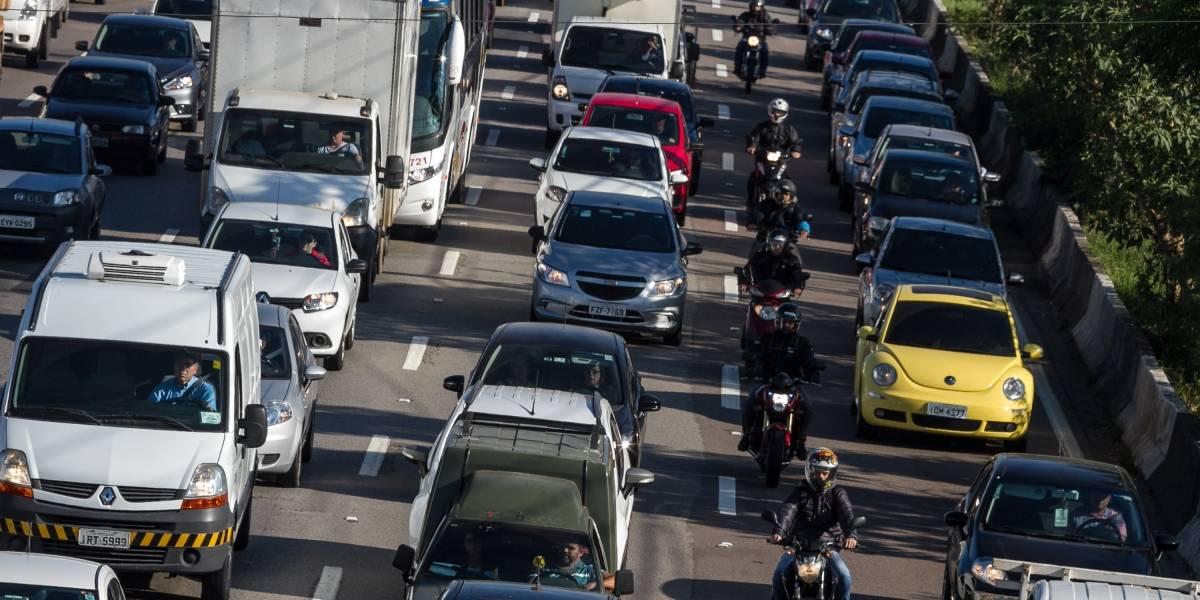 Acidente entre carro e moto complica trânsito na Marginal Pinheiros