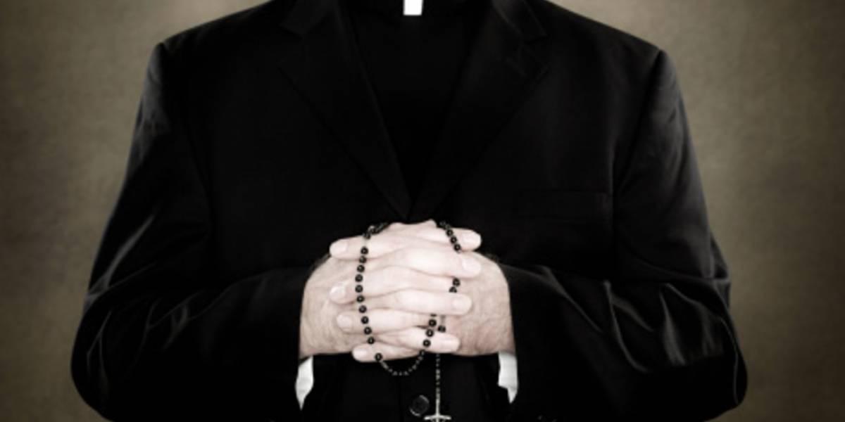 Dan de alta a sacerdote apuñalado en la Catedral Metropolitana