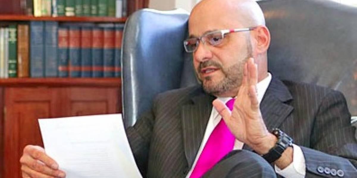 Alcalde de Hatillo reparte bono a sus empleados