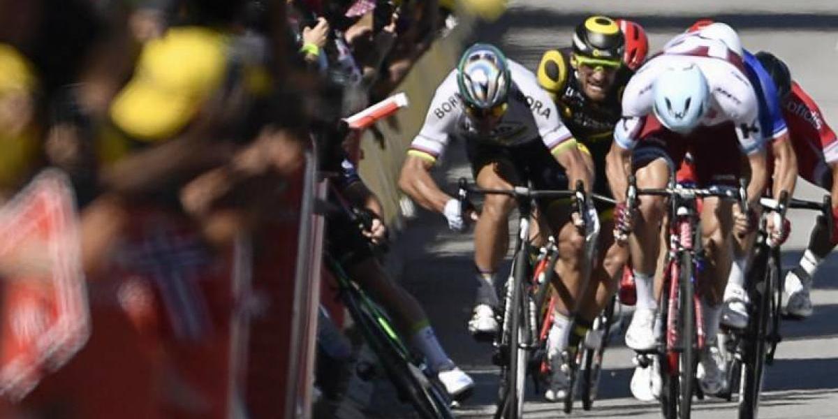 Drástica decisión en el Tour de Francia: Sagan fue expulsado por un codazo a Cavendish