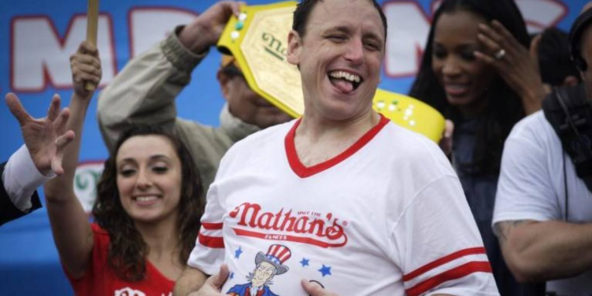 Concurso de completos: Un hombre come 72 hot-dogs en 10 minutos en EEUU